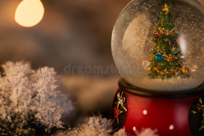 Fermez la boule de neige avec photographie stock