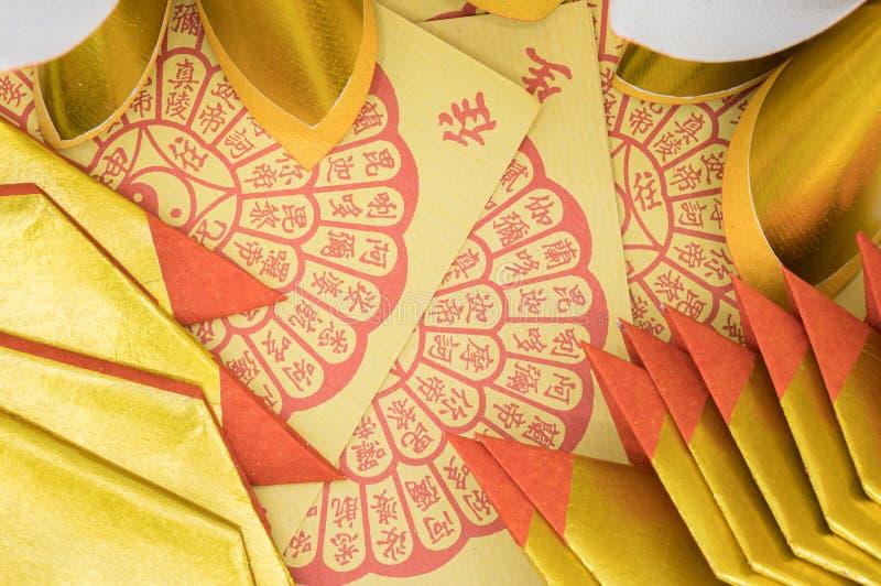 Fermez la femme en pensant à la veste denim et en pointant sur le fond jaune photo stock