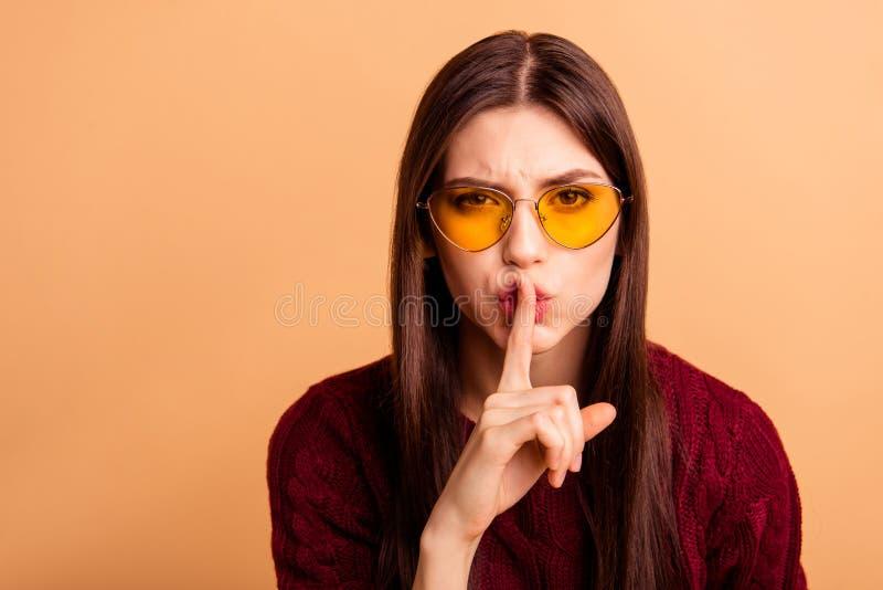 Fermez la photo belle elle sa dame pour demander à cesser de dire de dire de parler des nouvelles pour écouter index sain près de photos stock