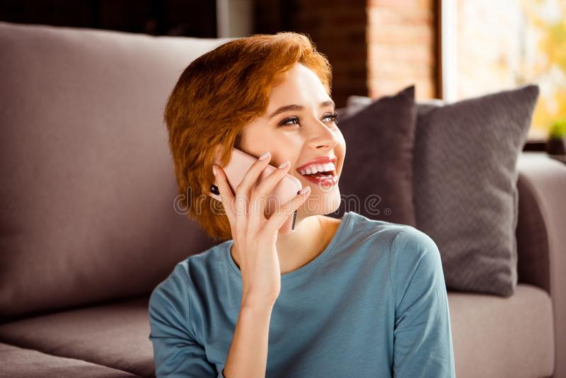Fermez la photo belle elle sa dame pour entendre l'oreille de téléphone de prise de main de plaisanterie dire de dire la causerie image stock