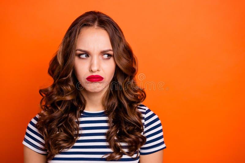 Fermez la photo belle elle son côté rouge de regard de pommade de rouge à lèvres de dame l'espace que vide pas a satisfait le images stock