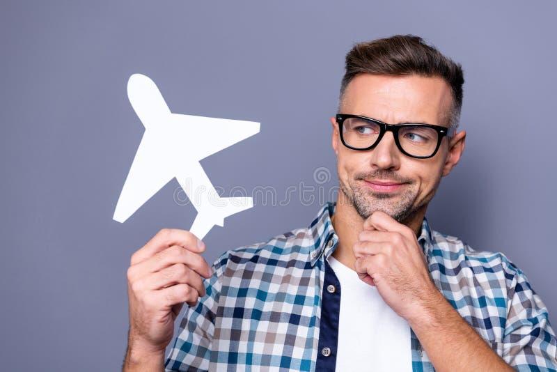Fermez la photo belle il il son menton de main de bras de type montrant l'avion de papier pensant profondément effrayé non sûr d' image stock