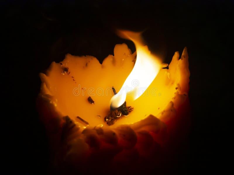 Fermez le dessus de la bougie brûlante jaune sur le fond noir avec l'espace de copie photographie stock libre de droits