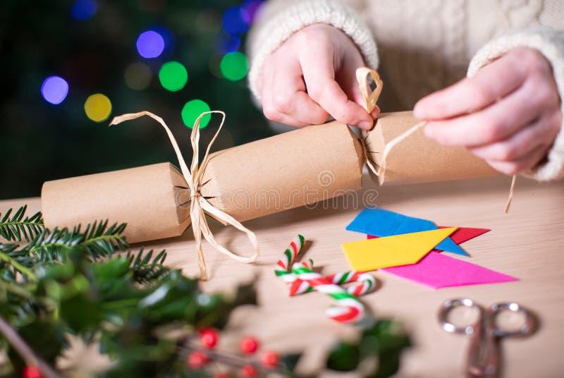 Fermez Les Femmes Qui Fabriquent Un Cracker De Noël Convivial À La Maison À Partir De Matériaux Durables photographie stock libre de droits