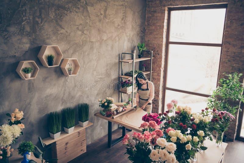 Fermez- supérieur au-dessus de la photo courbe belle la sa dame beaucoup vendeur au détail de vases les bras de mains qu'auxiliai photographie stock