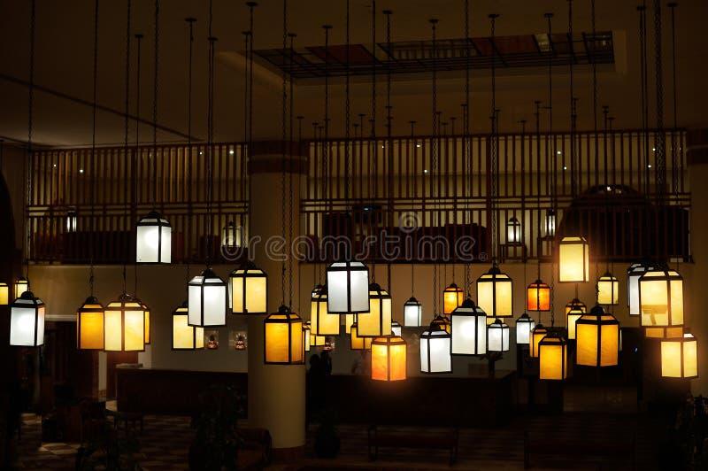 Fermez vers le haut des beaucoup la lampe jaune de cru en café la nuit sur un fond foncé photographie stock libre de droits