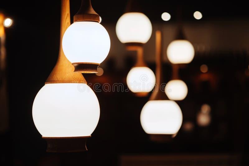 Fermez vers le haut des beaucoup la lampe jaune en café la nuit image libre de droits