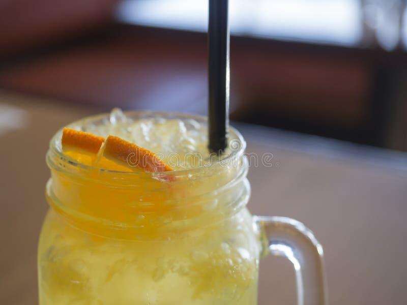 Fermez vers le haut du citron fait à la maison la boisson orange de lemonadesoft en verre de pinte photographie stock