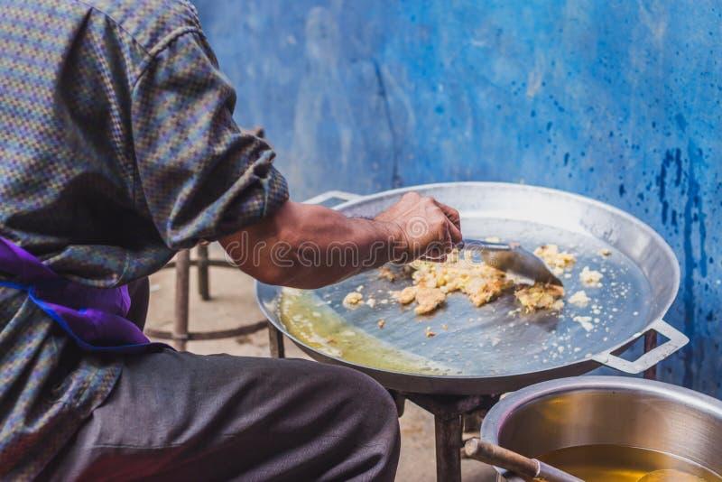 Fermez-vous à la cuisson en nourriture thaïlandaise : Crêpes frites ou Oyste de moule photo stock