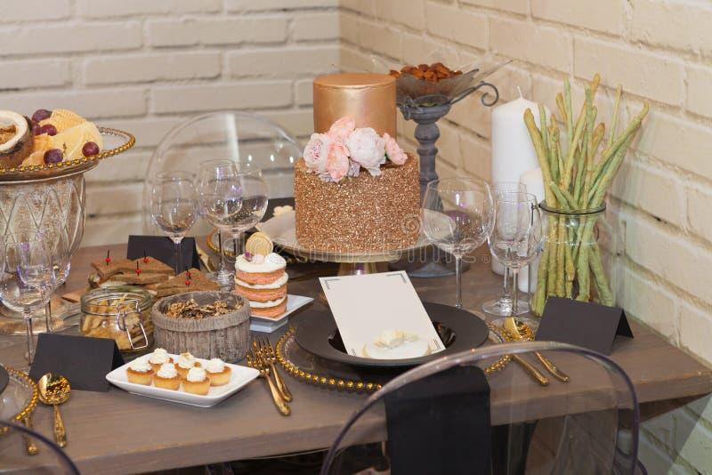 Fermez-vous complet d'une table de banquet d'ensemble photo stock