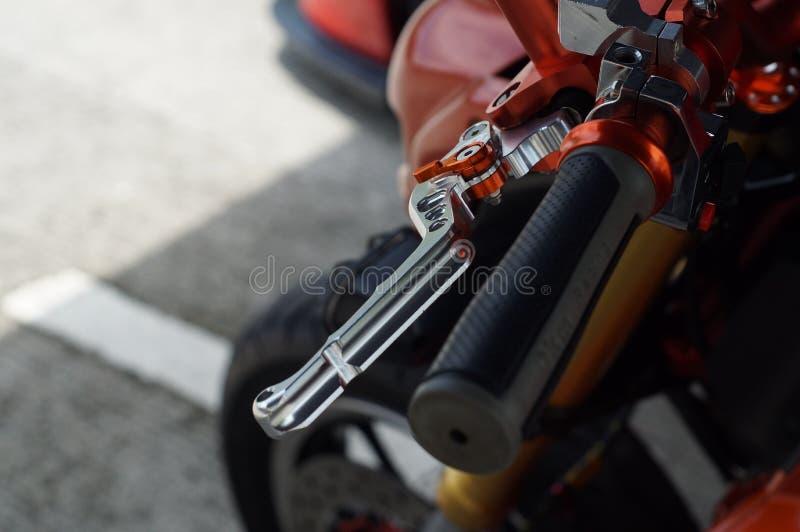 Fermez-vous d'emballer le levier de guidon et d'embrayage de moto image stock