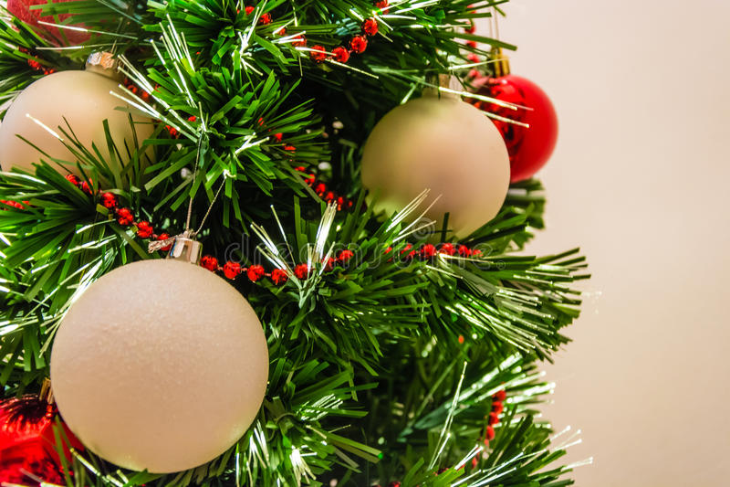 Fermez-vous d'un arbre de Noël décoré image stock