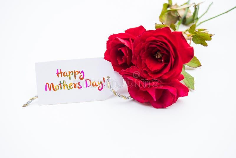 Fermez-vous d'un bouquet des roses roses avec un jour de mères heureux photographie stock libre de droits