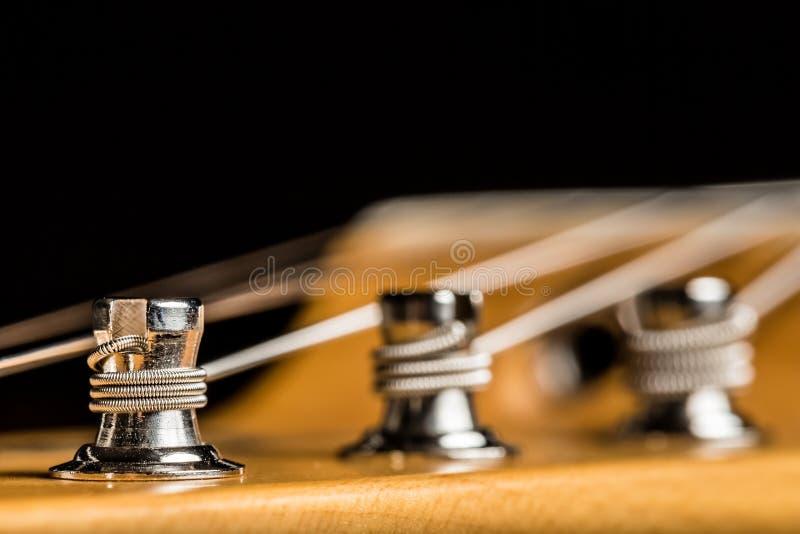 Fermez-vous d'un bouton de accord de guitare électrique photo stock