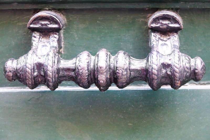 Fermez-vous d'un bouton de porte sur une vieille porte photo stock