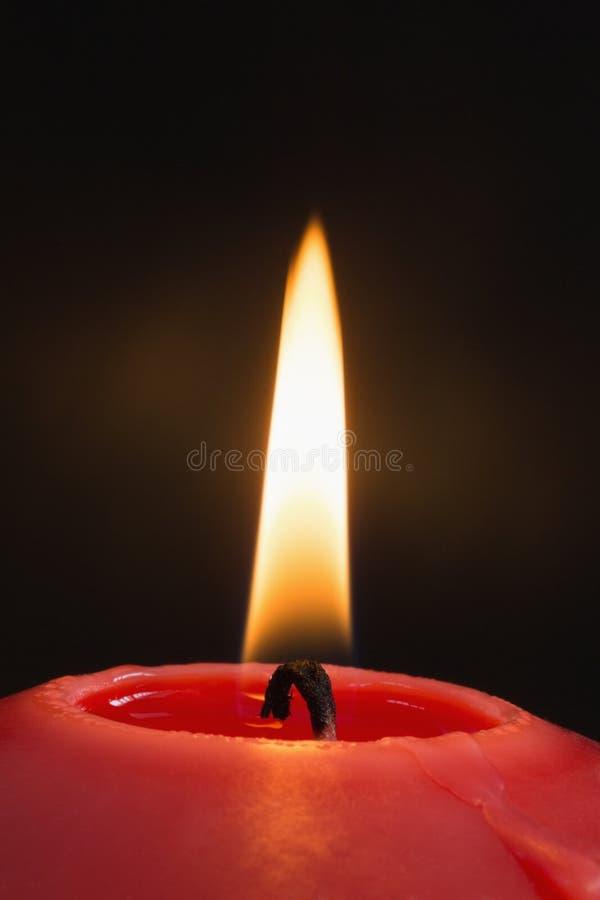 Fermez-vous d'un burning rouge de bougie images stock