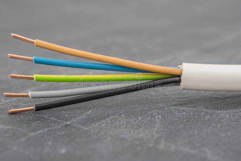 Fermez-vous d'un cable électrique isolé multipolaire photographie stock