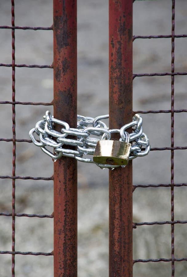 Fermez-vous d'un cadenas, d'une porte et d'une chaîne image libre de droits