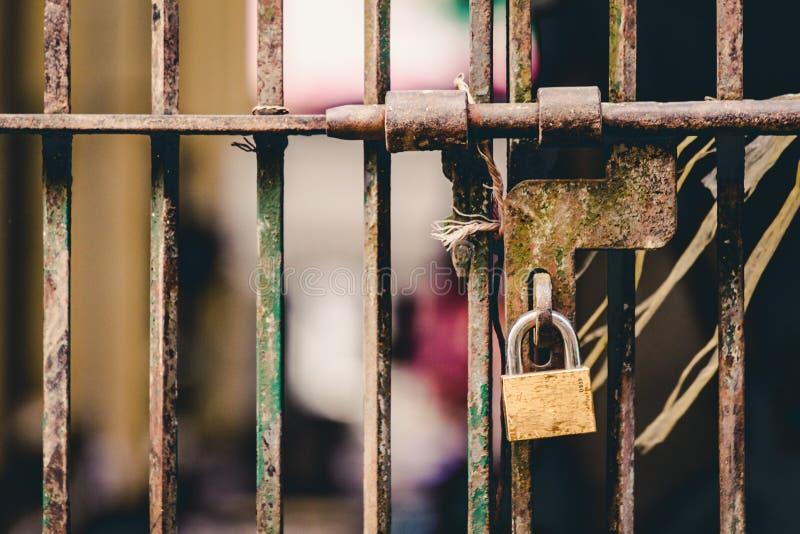 Fermez-vous d'un cadenas verrouillé sur la vieille porte en acier photographie stock