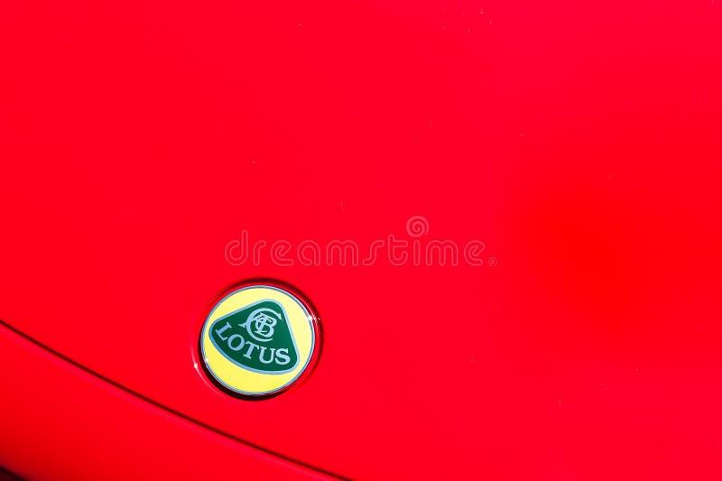 Fermez-vous d'un capot et d'un logo de Lotus images stock