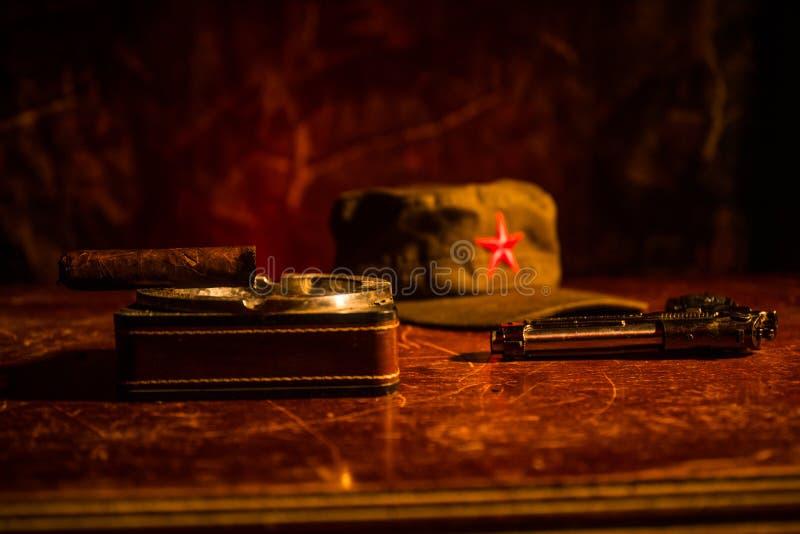 Fermez-vous d'un cigare et d'un cendrier cubains sur la table en bois Table communiste de commandant de dictateur dans la chambre photos stock