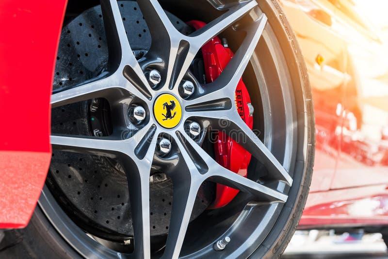 Fermez-vous d'un circuit de roue et de freinage de Ferrari images stock