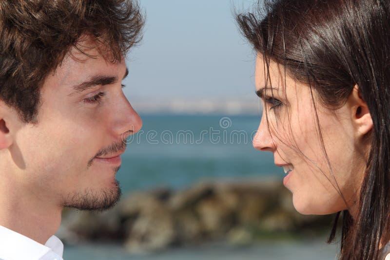 Fermez-vous d'un couple se regardant avec amour photo libre de droits