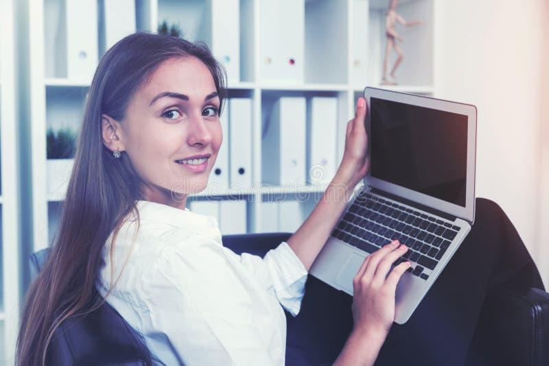Download Fermez-vous D'un Employé De Bureau Gai Avec L'ordinateur Portable Photo stock - Image du keypad, information: 87700016
