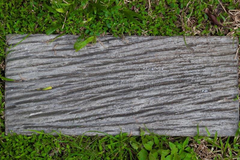 Fermez-vous d'un en bois vide se connectent l'herbe verte photo stock