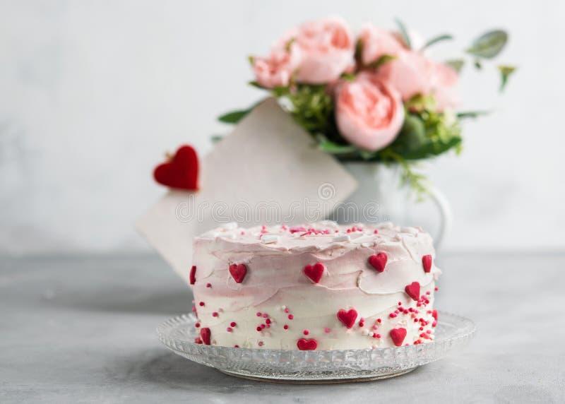 Fermez-vous d'un gâteau décoré de petits coeurs sur un fond gris Pailles à boire en glace Valentine, le jour de mère, Birt image libre de droits