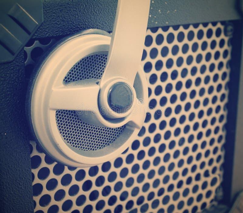 Fermez-vous d'un gril d'amplificateur de guitare avec un casque là-dessus images libres de droits