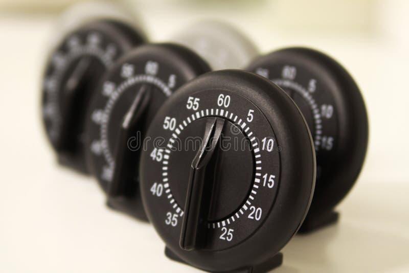Fermez-vous d'un groupe de montres analogues d'arrêt photo stock