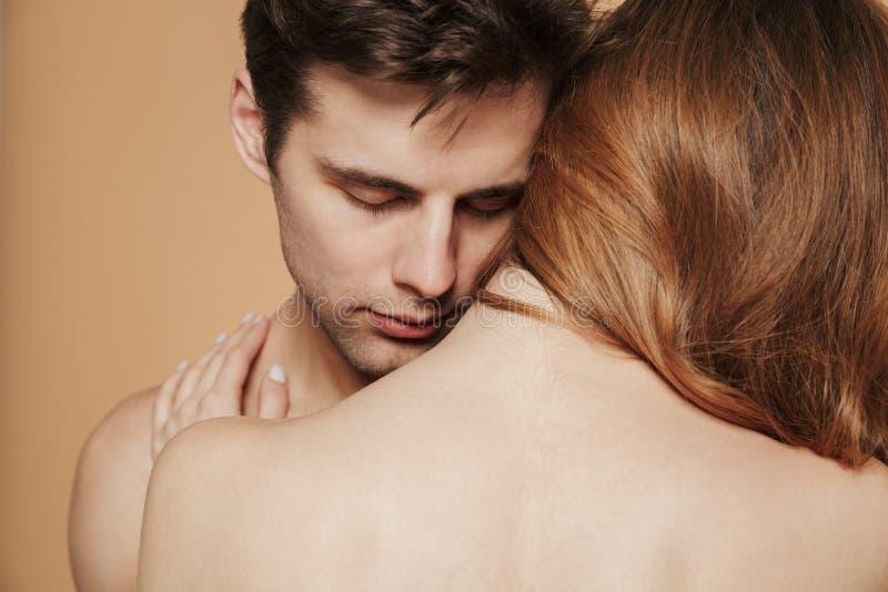 Fermez-vous d'un jeune couple sans chemise affectueux images libres de droits