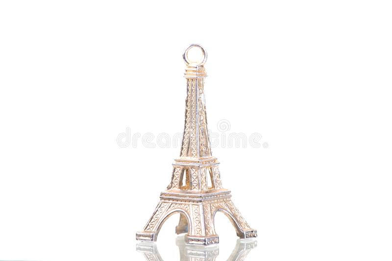 Fermez-vous d'un keychain de Tour Eiffel d'isolement sur un backgro blanc images libres de droits