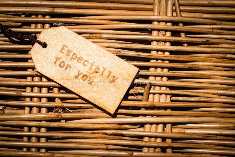 Fermez-vous d'un label en bois avec le ruban sur le fond en bois avec le texte anglais vous remercient vue et cru ou rétro style images libres de droits