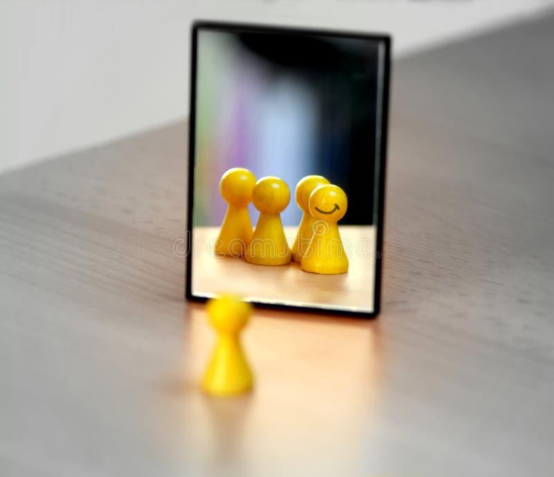 Fermez-vous d'un morceau en bois jaune image stock