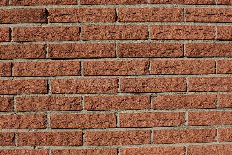 Fermez-vous d'un mur de briques rouge-brun photographie stock