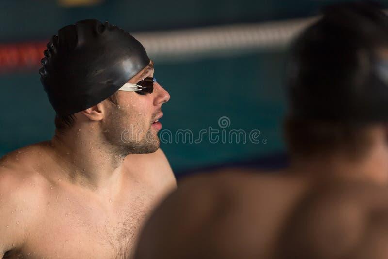 Fermez-vous d'un nageur dans des lunettes de chapeau et de natation photos libres de droits