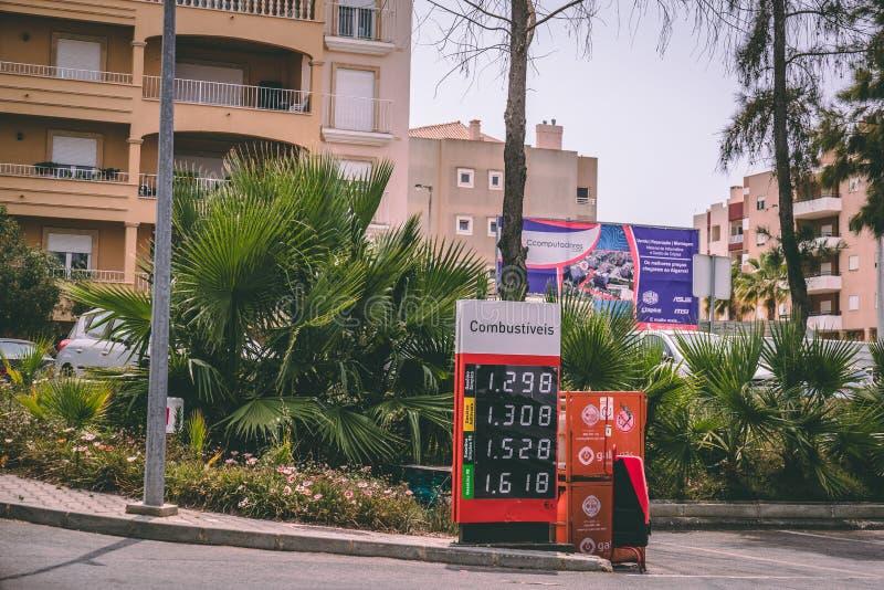 Fermez-vous d'un panneau des prix de station service pour le diesel et l'essence photographie stock libre de droits