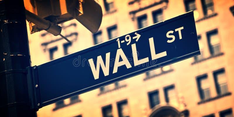 Fermez-vous d'un signal de direction de Wall Street, New York photographie stock