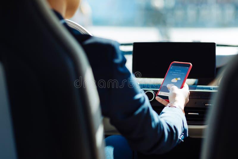 Fermez-vous d'un smartphone moderne images libres de droits