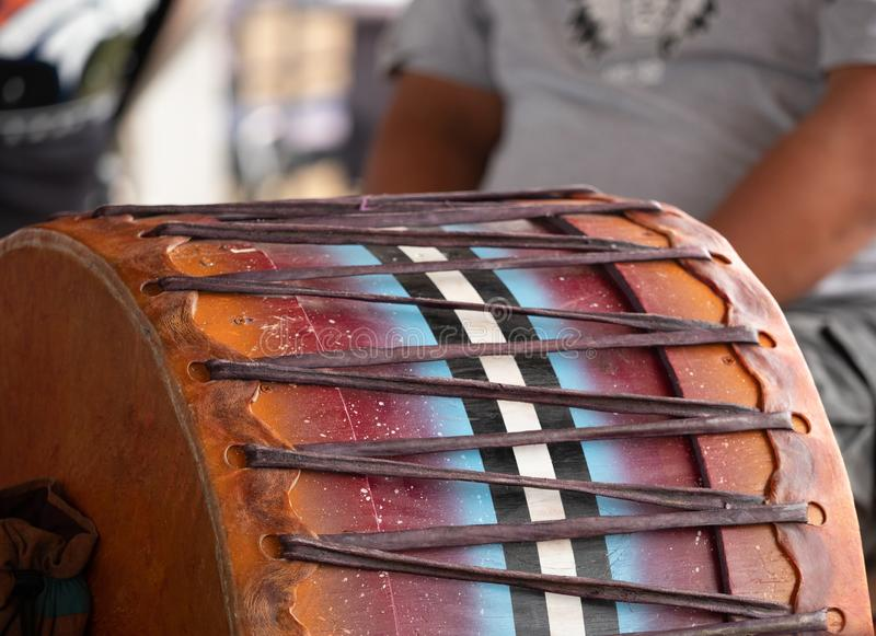 Fermez-vous d'un tambour traditionnel du prisonnier de guerre wow images libres de droits