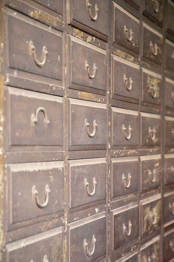 Fermez-vous d'un vieux casier de fer avec de petits tiroirs photographie stock libre de droits