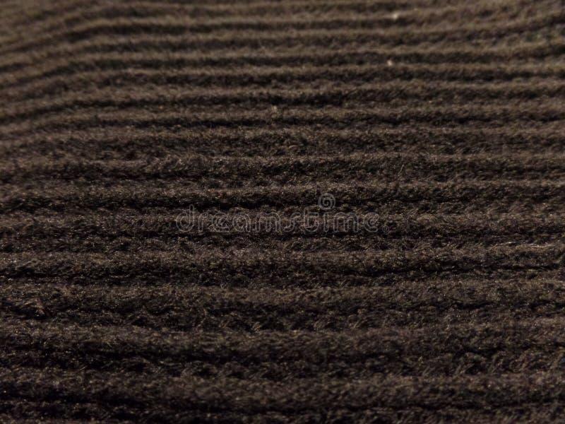 Fermez-vous d'une écharpe tricotée par obscurité photos stock