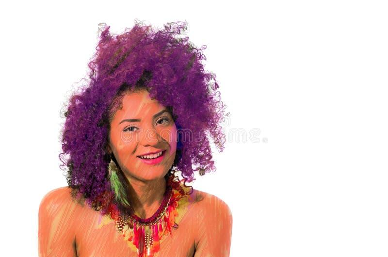 Fermez-vous d'une belle fille de sourire d'afro-américain avec une coiffure Afro et porter un collier des plumes, avec image stock