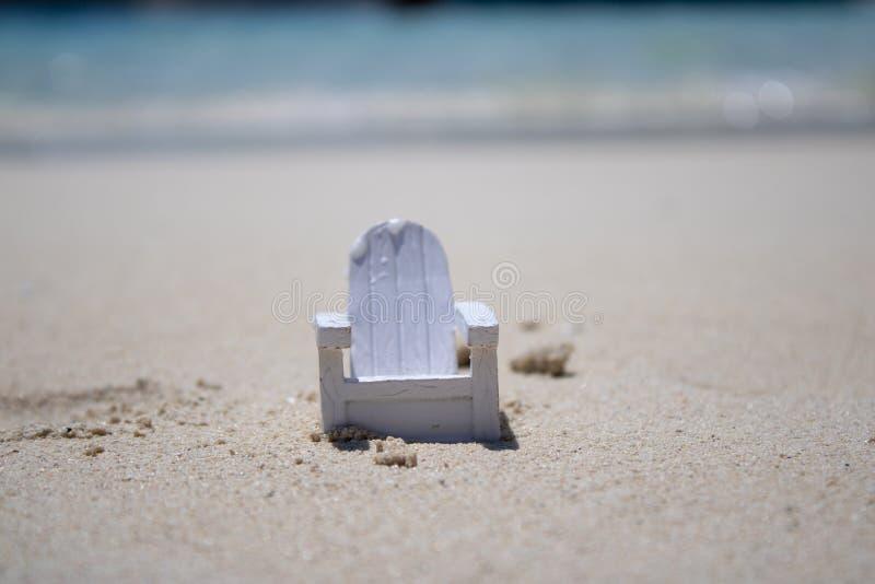 Fermez-vous d'une chaise minuscule sur une belle plage tropicale photographie stock