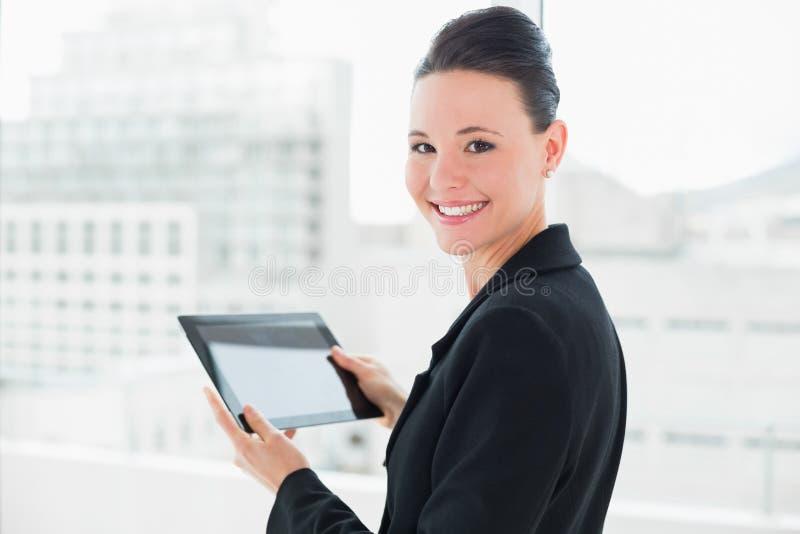 Fermez-vous d'une femme d'affaires élégante avec la tablette photos stock