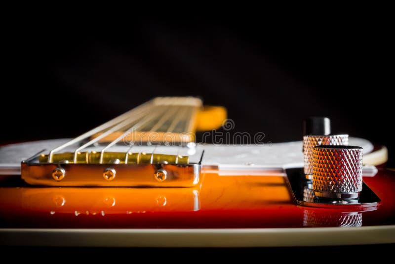 Fermez-vous d'une guitare électrique de vintage regardant en bas du cou photographie stock