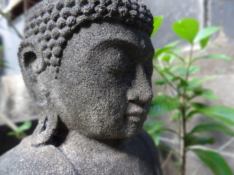 Fermez-vous d'une petite statue de Bouddha photo stock