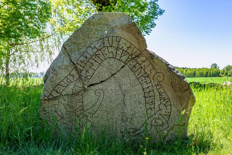 Fermez-vous d'une pierre criquée de rune en Suède photos stock